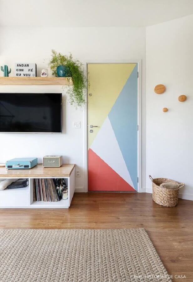 decoração com porta para sala pintada colorida Foto Histórias de Casa
