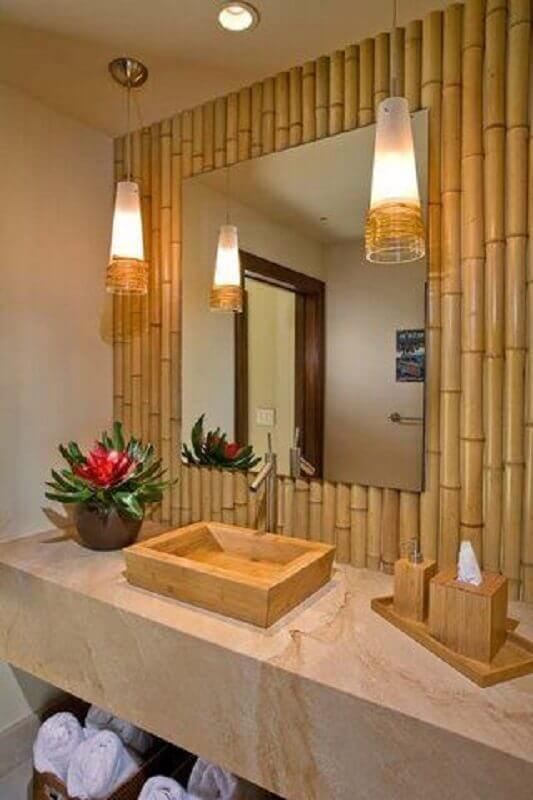 decoração com revestimento de bambu e lustre pendente para banheiro Foto Construindo Sonhos