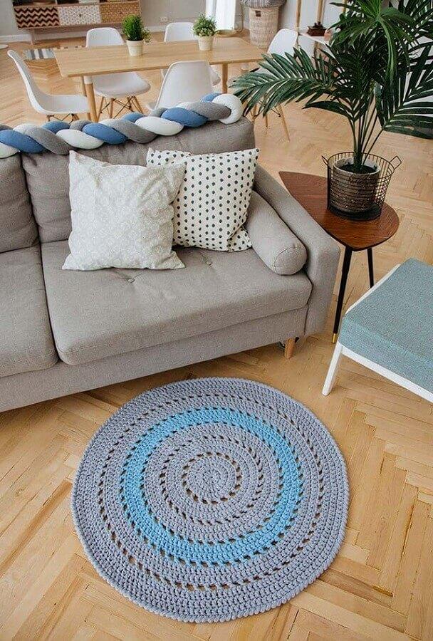 decoração com sofá cinza e tapete de crochê redondo para sala pequeno Foto Revista Artesanato