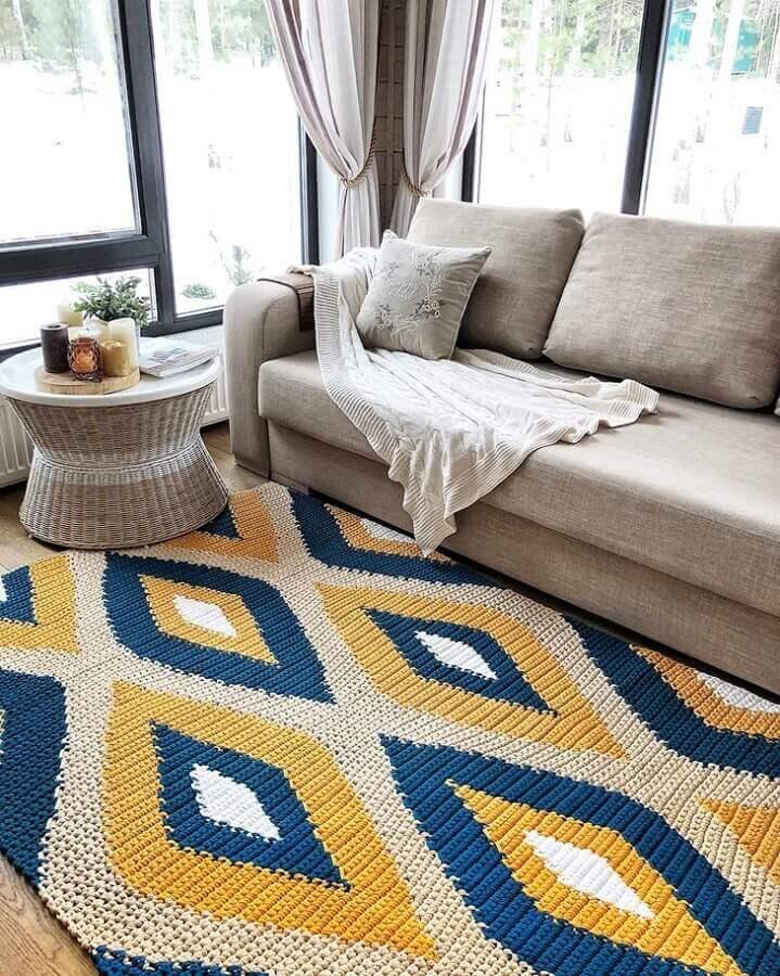 decoração com tapete de crochê para sala colorido azul e amarelo Foto Belkin Home