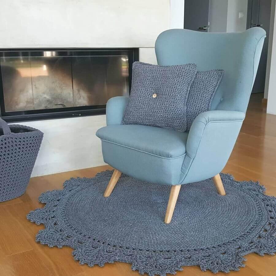 decoração com tapete de crochê para sala com poltrona azul Foto Blue Pracownia