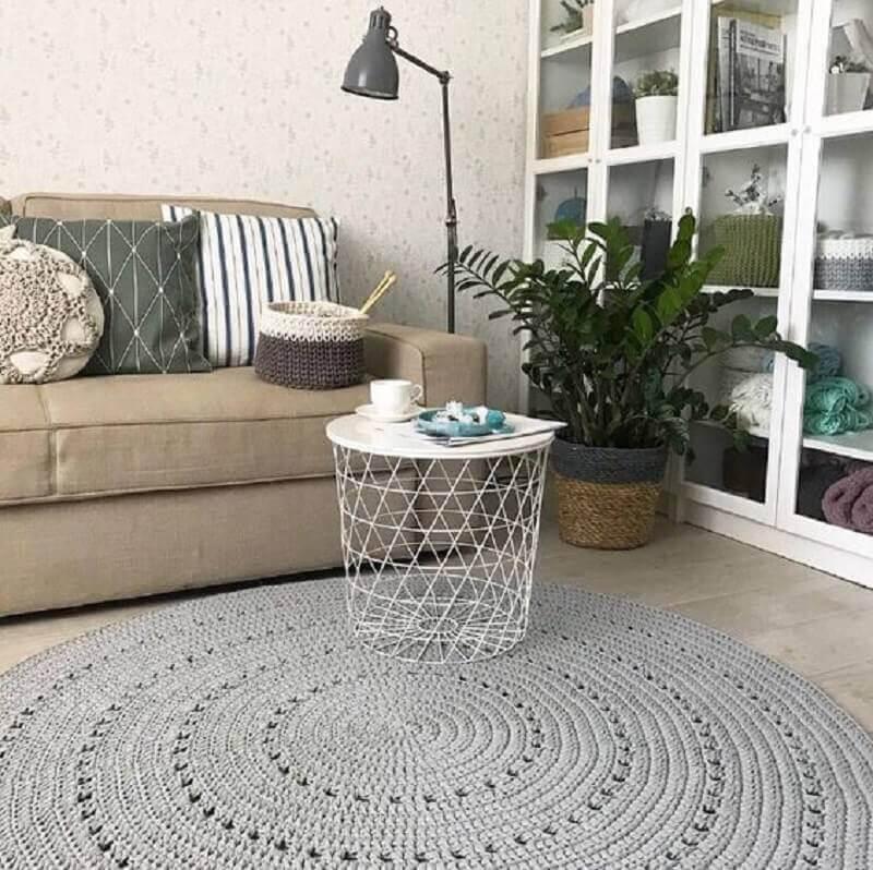 decoração com tapete de crochê redondo para sala com sofá bege Foto Etsy