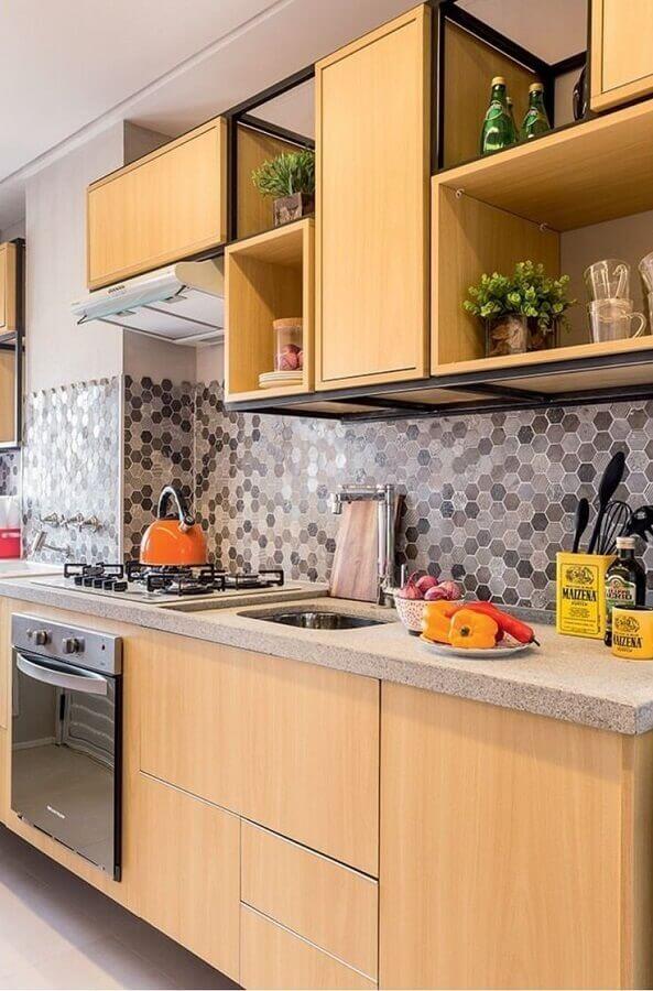 decoração cozinha planejada com armários de madeira e pastilhas hexagonais Foto Minha Casa