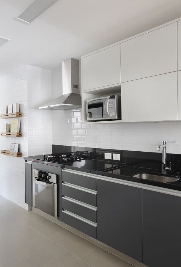 decoração cozinha planejada com armários preto e branco Foto Casa de Valentina