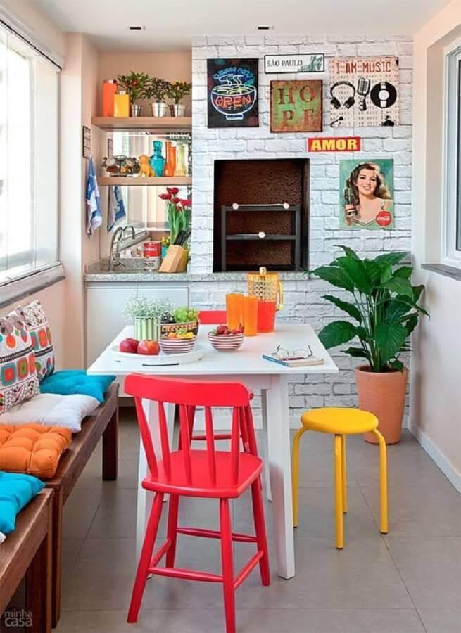 decoração de apartamento com cadeiras coloridas para área gourmet pequena com churrasqueira Foto Fashionismo