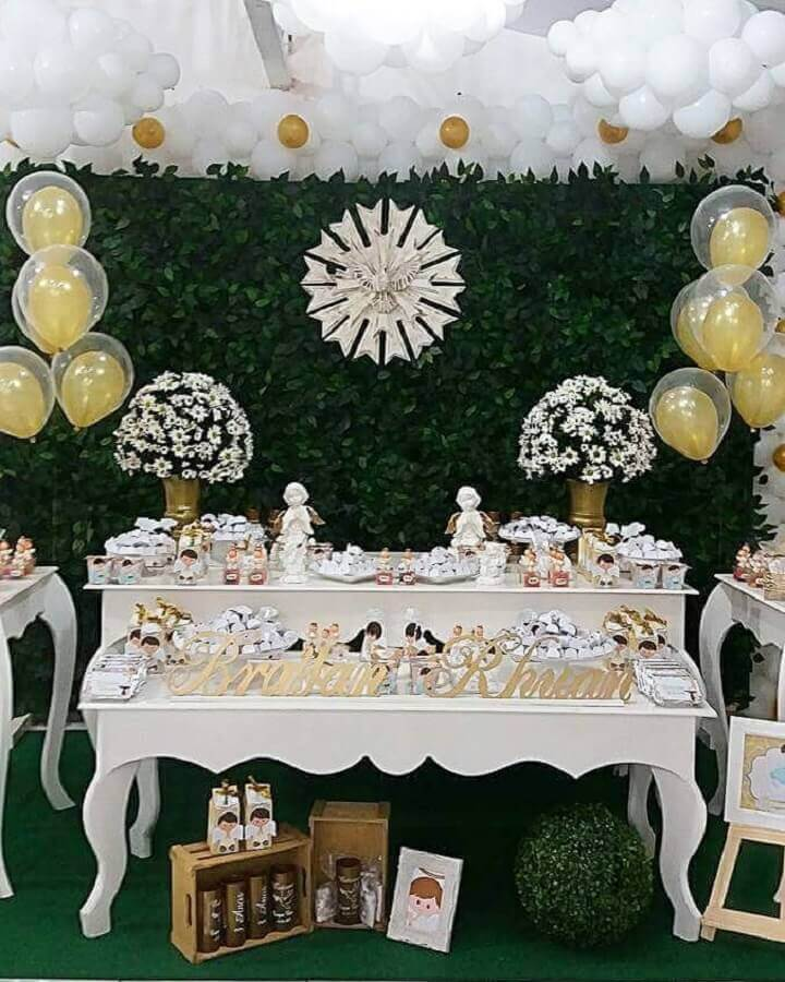 decoration of christening with balloons and foliage panel Foto La'Festas