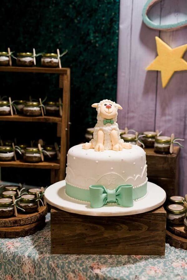 christening decoration with custom cake with sheep on top Foto Baby and Breakfast