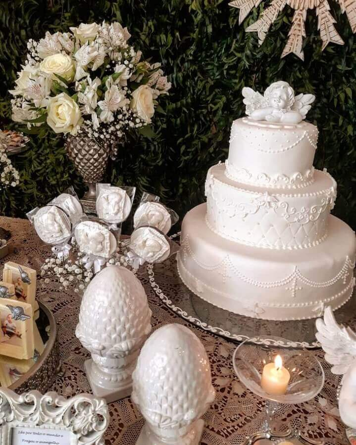 christening decoration with all white table and foliage panel Photo Ciranda de Festas
