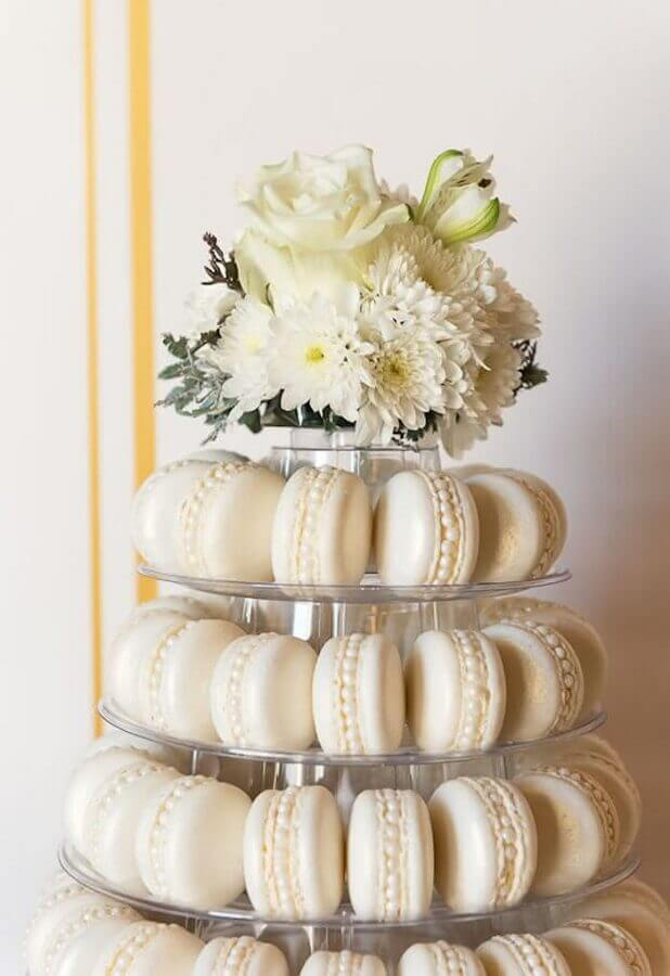 christening decoration with macaron dish and white flower arrangement Photo Catch My Party