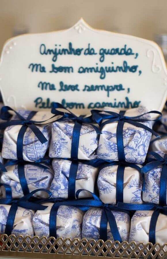 decoration of christening boy with wrapped cake Photo Pinterest