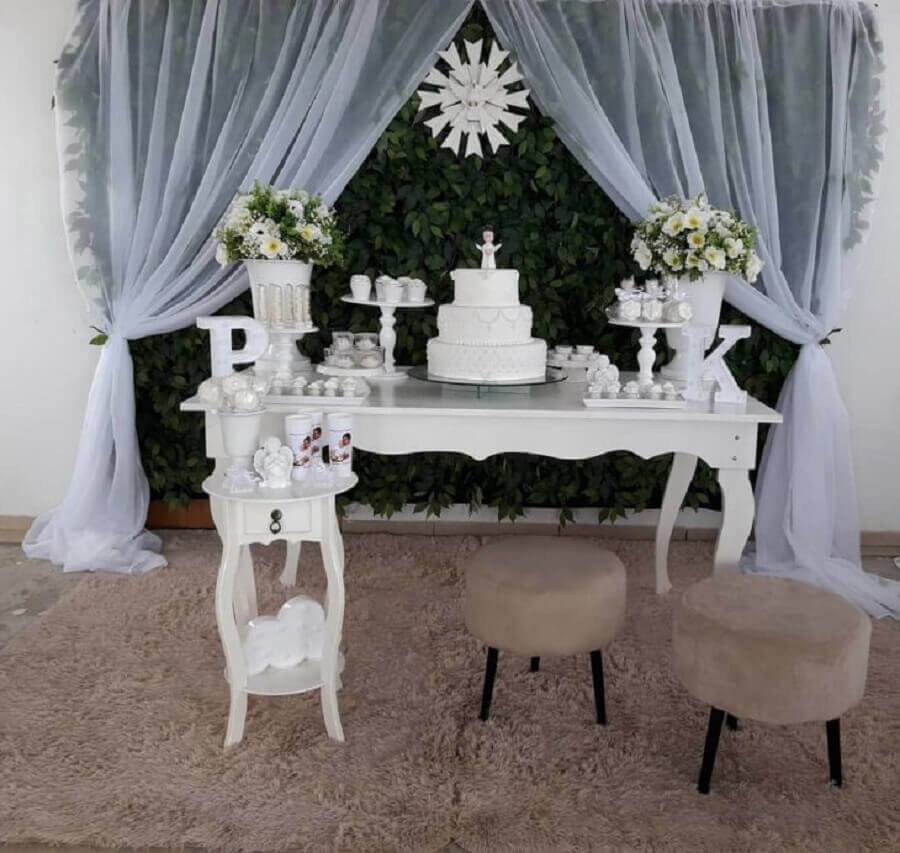 simple christening decoration all white with foliage panel Foto Ana Decor