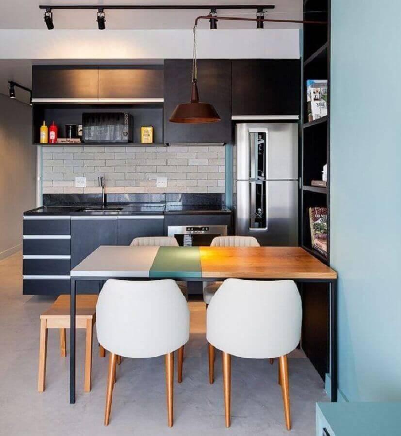 Decoração para cozinha compacta preta com mesa de madeira e trilho de luz Foto Webcomunica