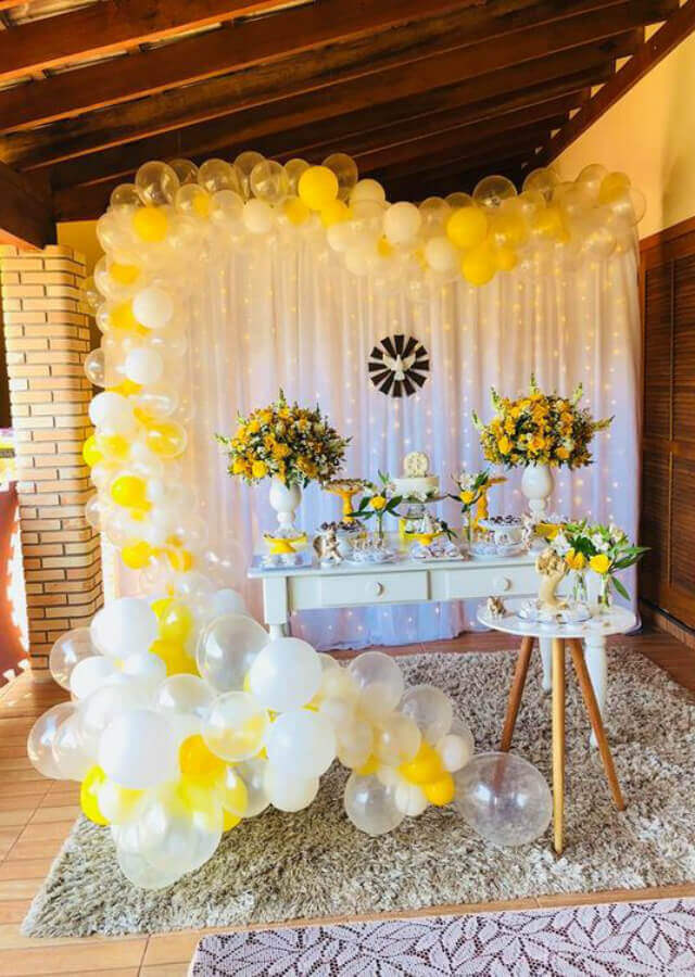 white and yellow christening party decoration Foto Pinterest