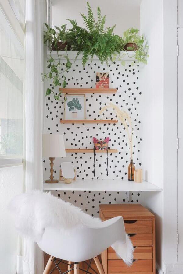 decoração de home office pequeno com papel de parede de bolinhas e cadeira eames branca Foto Pinterest