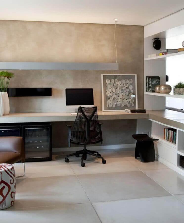 decoração de home office planejado com ampla bancada de cimento queimado Foto Apartment Therapy