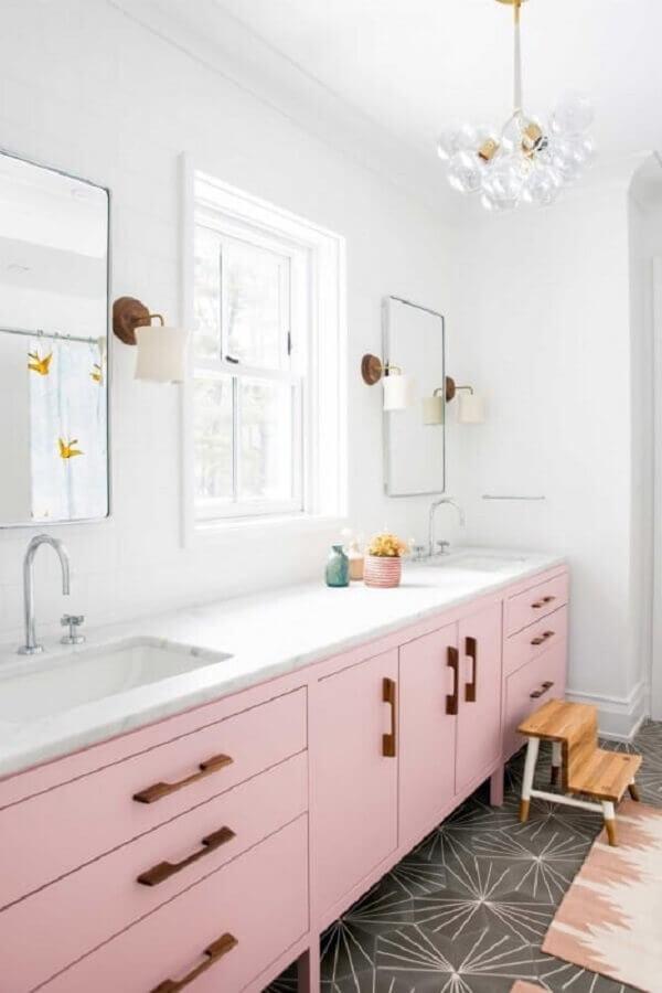 decoração delicada com modelos diferentes de luminárias e lustre para banheiro com gabinete rosa Foto Houzz