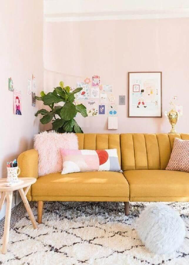 decoração delicada com sofá na cor de mostarda para sala Foto Pinterest
