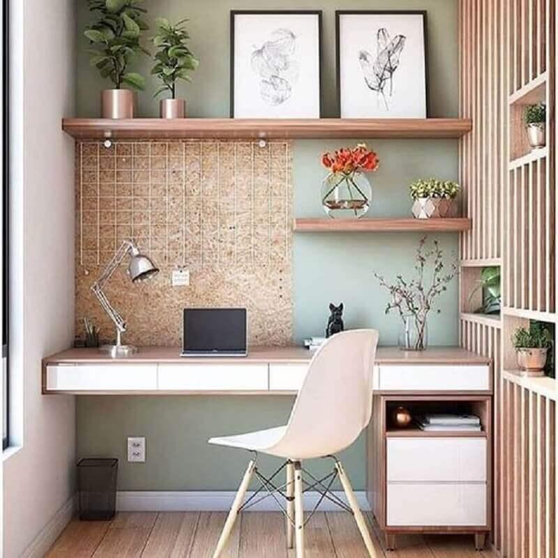decoração delicada para home office com prateleiras de madeira Foto Webcomunica
