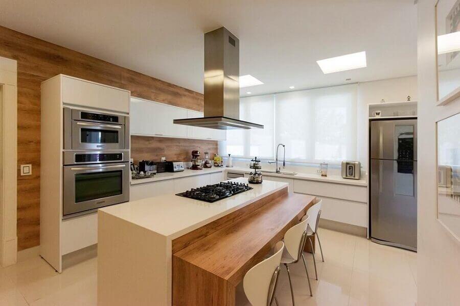 decoração em cores neutras para cozinha com ilha com bancada de madeira integrada Foto Jannini Sagarra Arquitetura