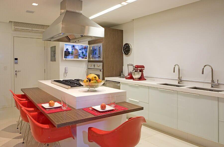 decoração em cores neutras para cozinha com ilha planejada com bancada de madeira Foto Pinterest