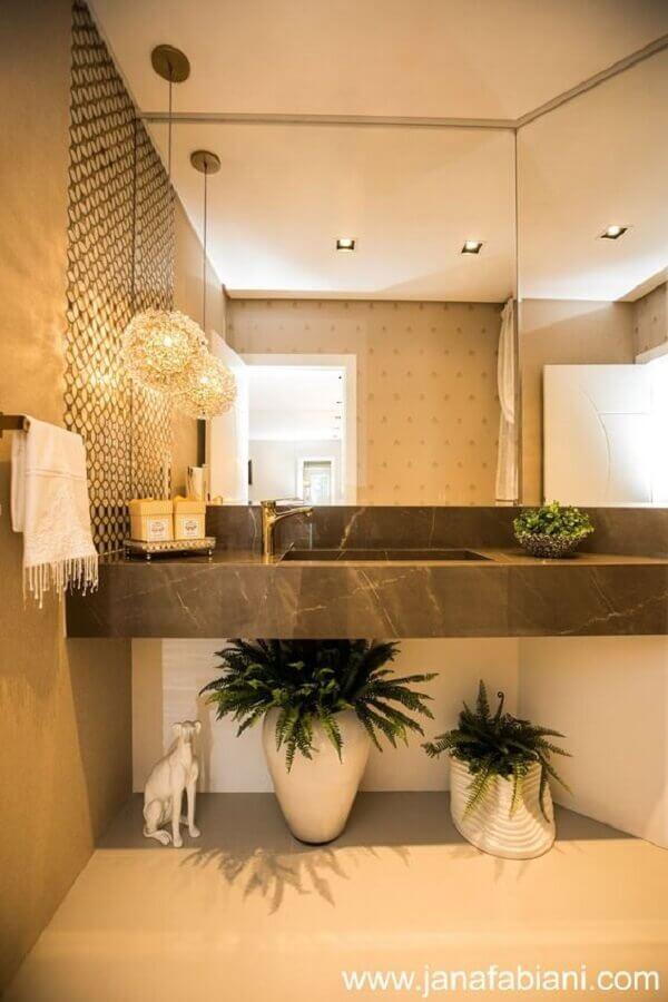 decoração em tons de bege com lustre para espelho de banheiro Foto Blog em Detalhes