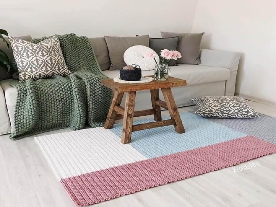 decoração em tons pastéis com tapete de crochê para sala Foto Krona Store