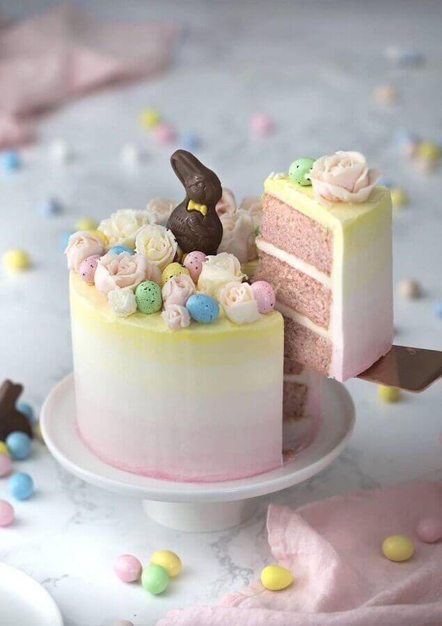 decoração em tons pastéis para bolo de páscoa com coelho de chocolate no topo Foto Pinterest