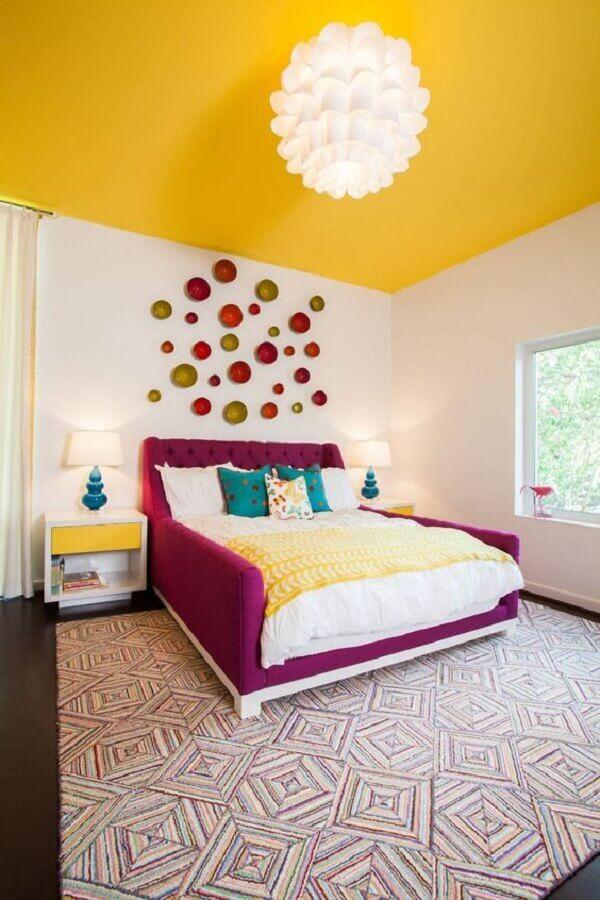 decoração feminina para quarto amarelo e branco com cama na cor marsala Foto Houzz