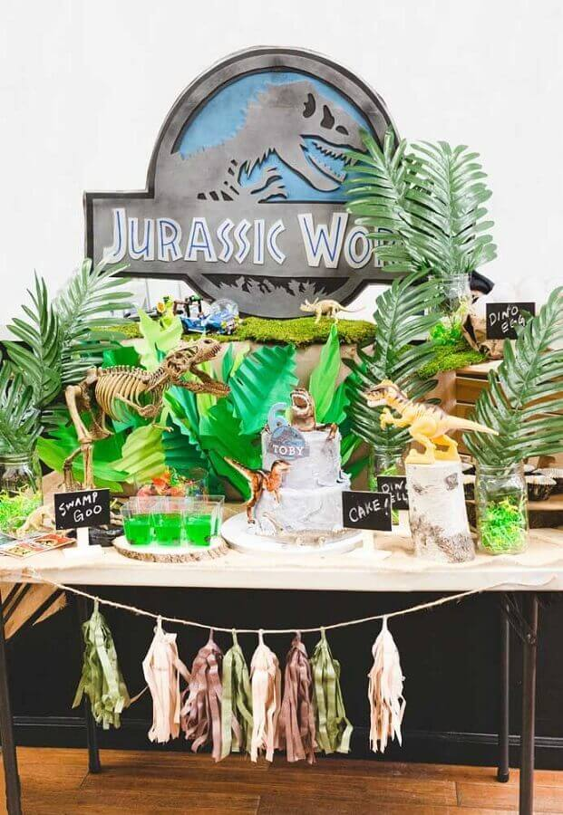 dinosaur party decoration with dolls and big leaves Foto Pinterest