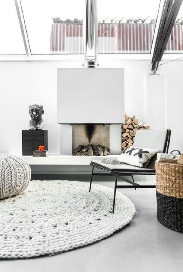 decoração minimalista com tapete de crochê para sala com lareira Foto Deavita