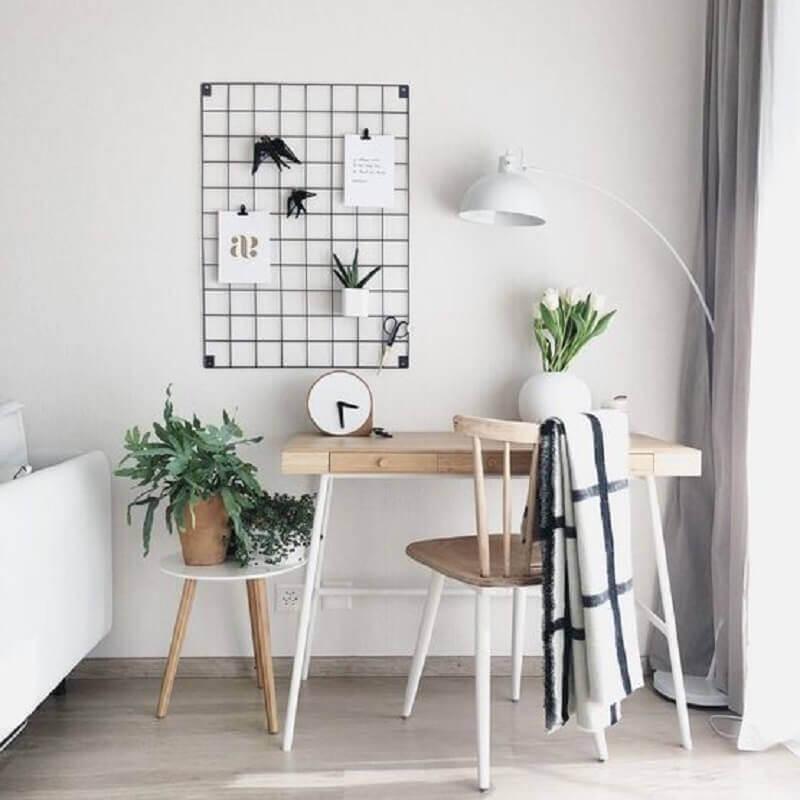 decoração minimalista para home office pequeno com quadro de avisos e escrivaninha de madeira Foto Block Design