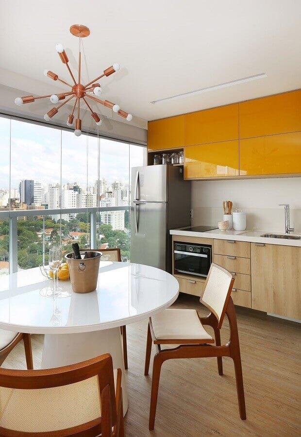 decoração moderna para área gourmet pequena de apartamento com armários amarelos Foto Oliveira Arquitetura