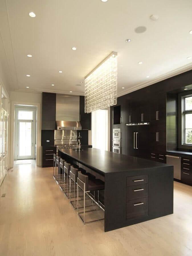 decoração moderna para cozinha planejada preta com lustre de cristal moderno Foto Home Decor