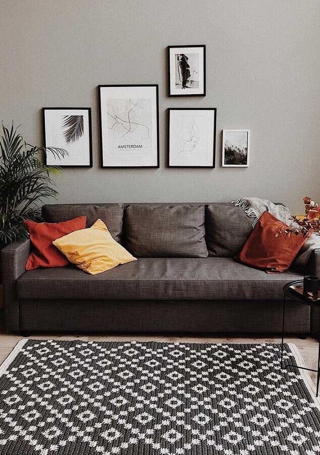 decoração neutra com tapete de crochê para sala com sofá cinza escuro Foto Dicas de Mulher