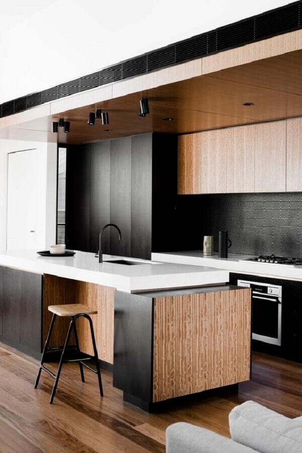 decoração para cozinha preta planejada com detalhes em madeira Foto Decostore - Casa & Decoração