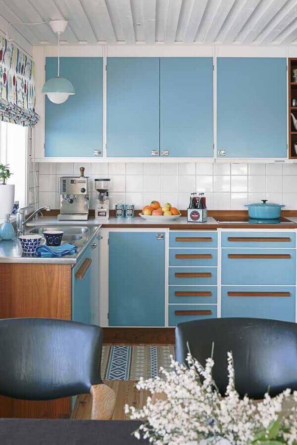 decoração para cozinha retrô com armários azuis Foto Architizer