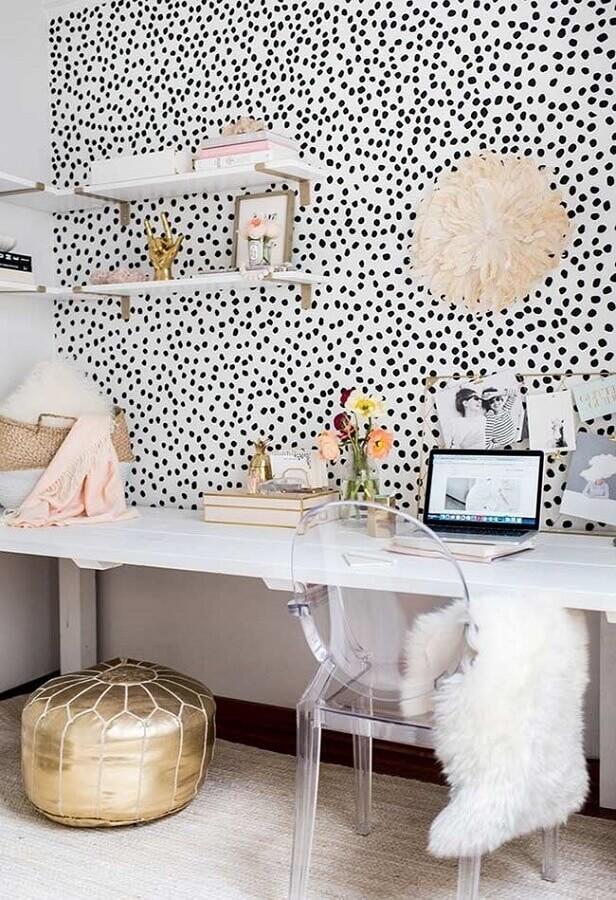decoração para home office feminino com papel de parede de bolinhas e cadeira de acrílico transparente Foto Brit+Co