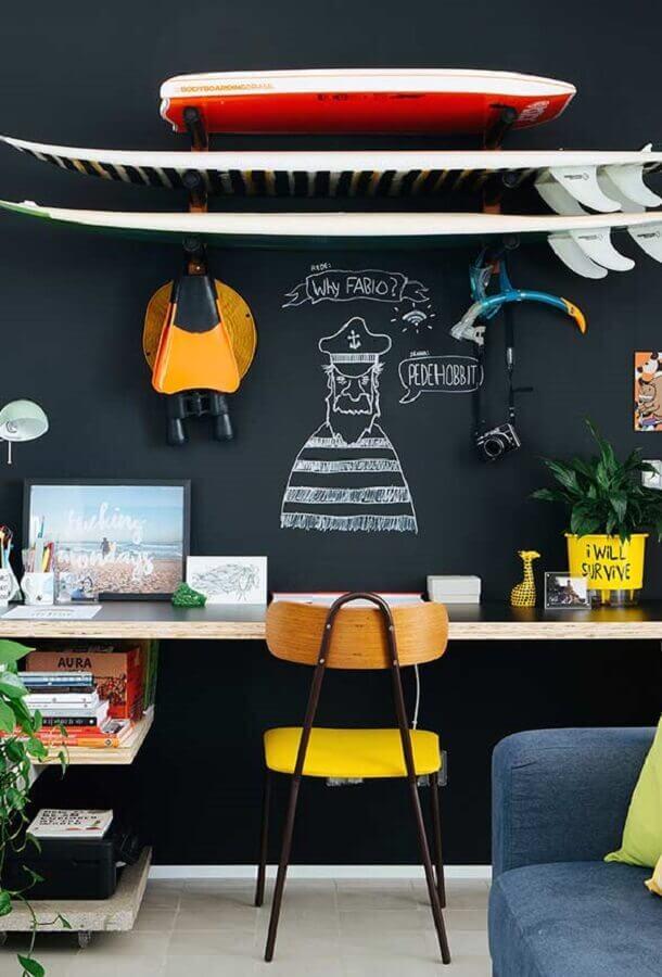 decoração para home office masculino com parede de tinta lousa e bancada de madeira Foto Webcomunica