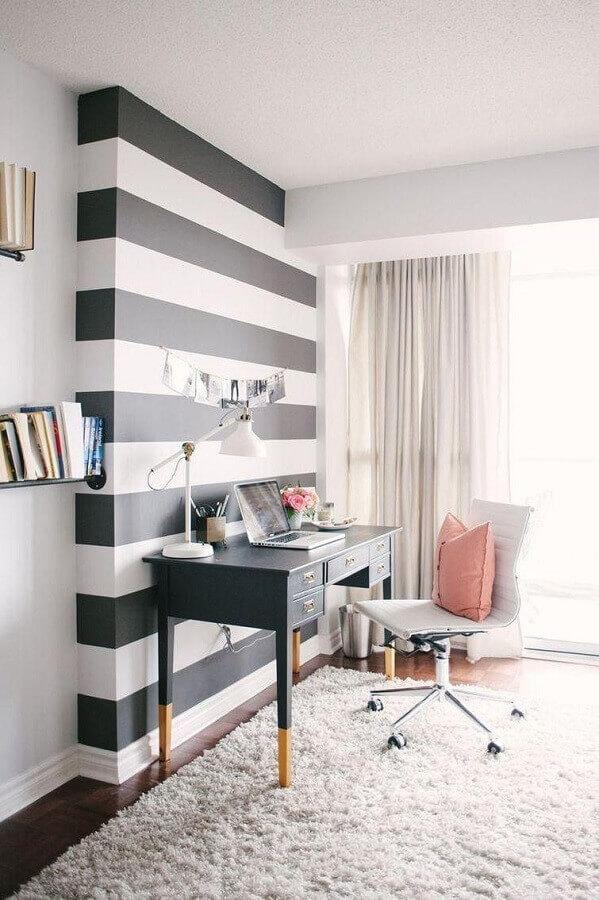 decoração para home office pequeno com papel de parede listrado preto e branco Foto Karen Lenzi