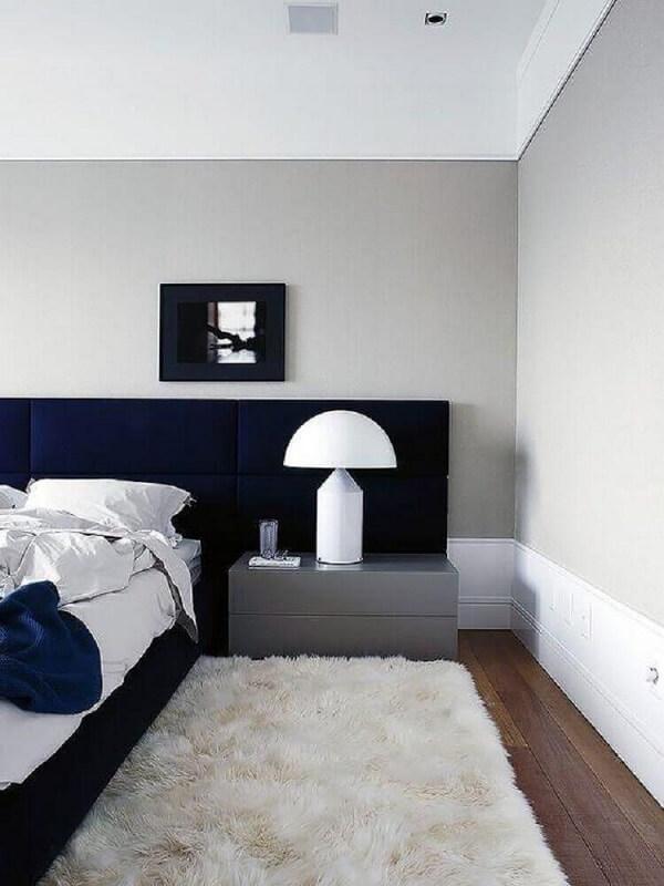 Decore o quarto com cabeceira azul marinho, tapete peludo branco e criado mudo cinza