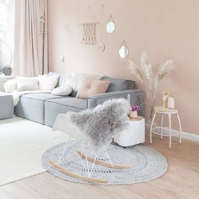 decoração para sala cinza com tapete de crochê redondo Foto We Heart It