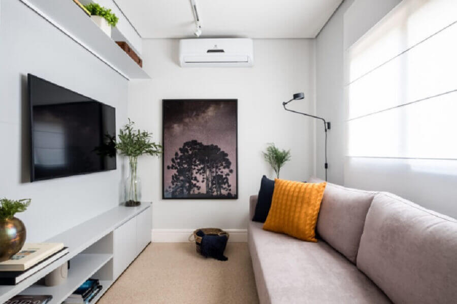 decoração para sala toda branca com almofada na cor de mostarda Foto SP Estúdio