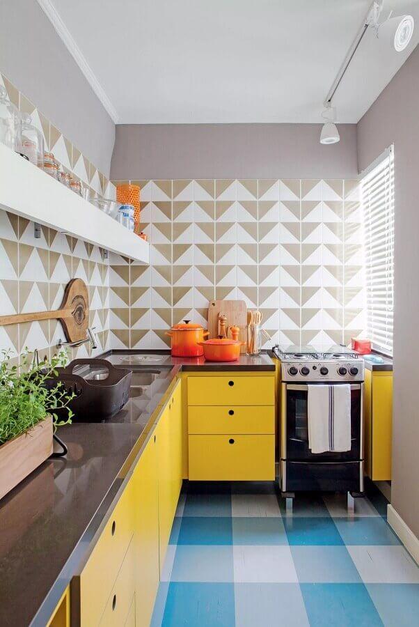decoração retrô para cozinha colorida com piso azul e armários amarelos Foto Arquitetando na Net