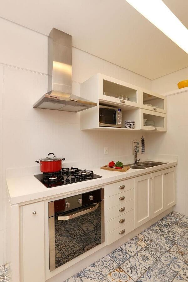 decoração retrô para cozinha compacta toda branca com piso azul e branco Foto Archduo Arquitetura