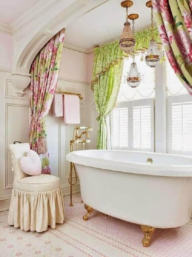 decoração romântica com lustre para banheiro em cima da banheira Foto Decore com Gigi