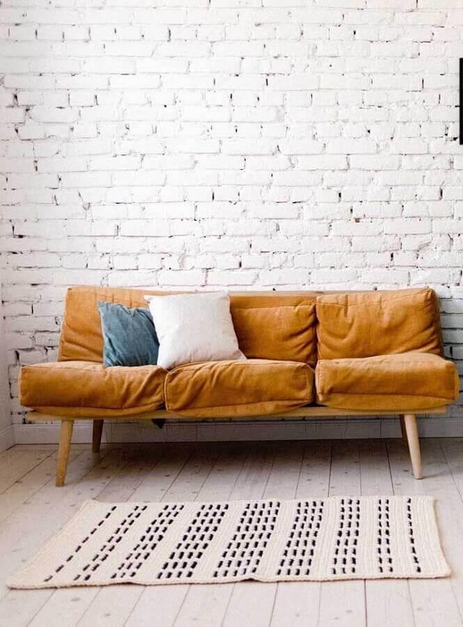 decoração simples com tapete de crochê para sala com parede de tijolinho a vista Foto Pinterest