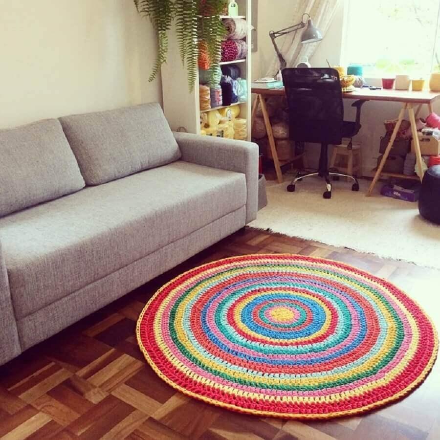 decoração simples com tapete de crochê redondo para sala colorido Foto Trapilho Design