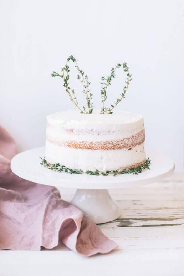 decoração simples para bolo de páscoa com orelha de coelho no topo Foto Life and Style Blogger