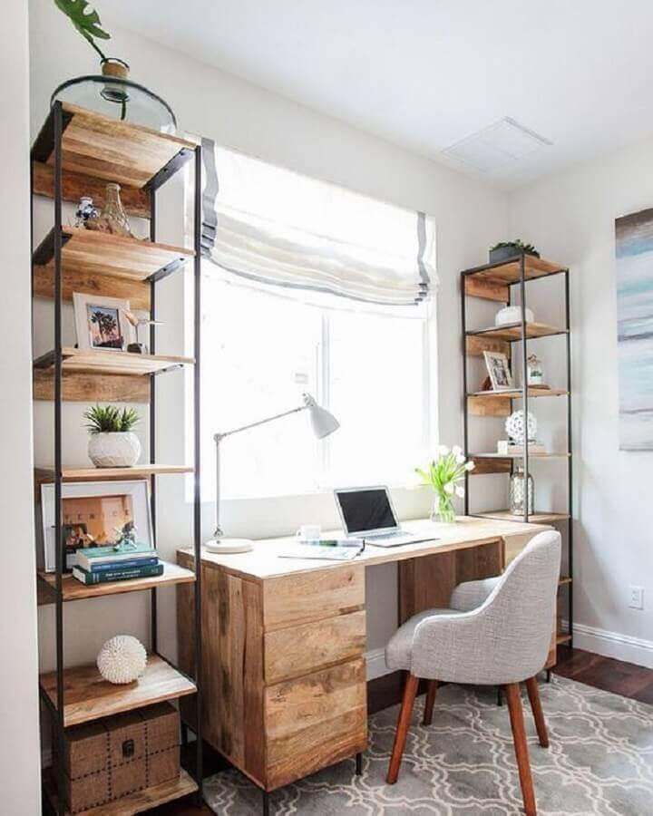 decoração simples para home office com mesa de madeira e armário de nichos Foto Assetproject