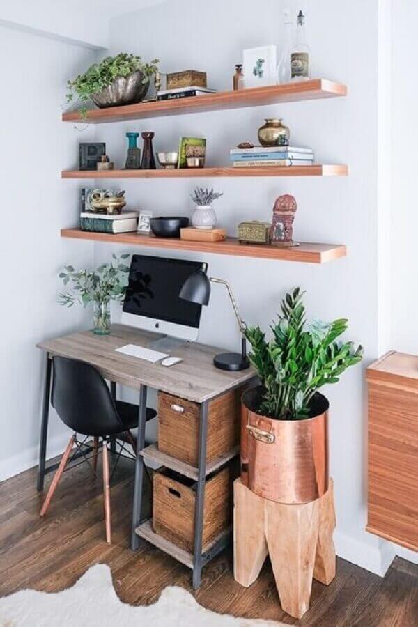 decoração simples para home office com mesa e prateleiras de madeira Foto Pinterest